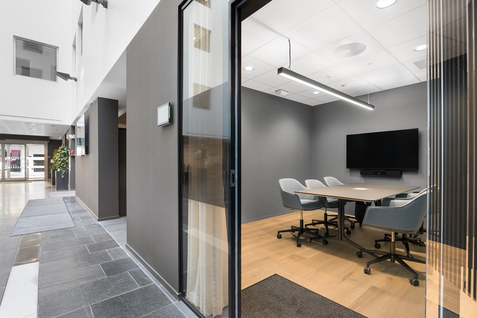 Møteroms-pool med AV-utstyr. Bookes online eller på skjerm