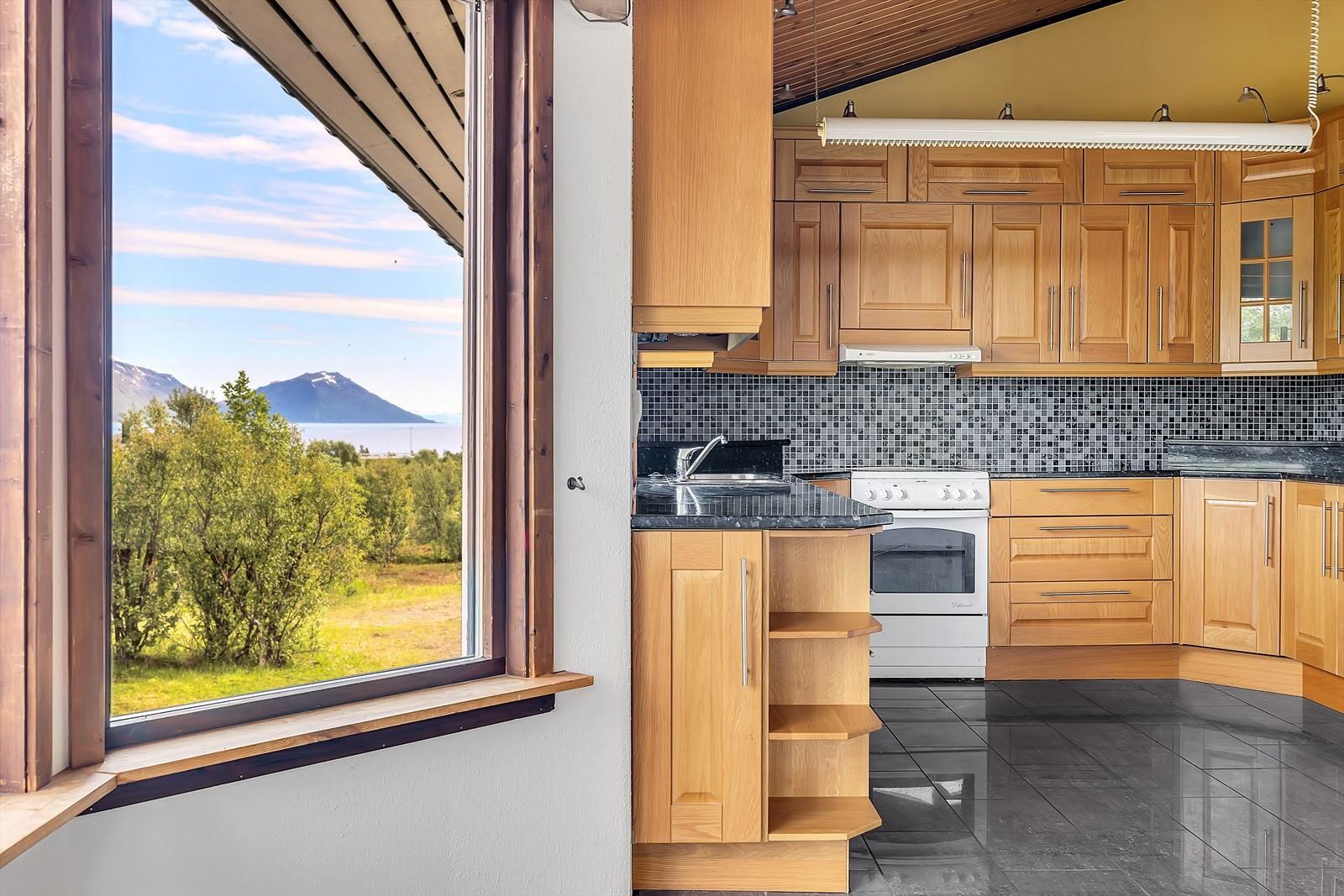 Kjøkkenet er oppgradert i nyere tid. God med benke- og oppbevaringsplass