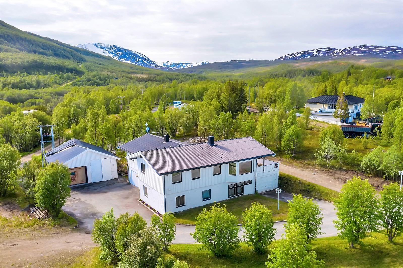 Velkommen til naturskjønne Skittenelv. Bak huset ligger det flotte turløyper i umiddelbar nærhet til bl.a Skittenelvdalen mm.
