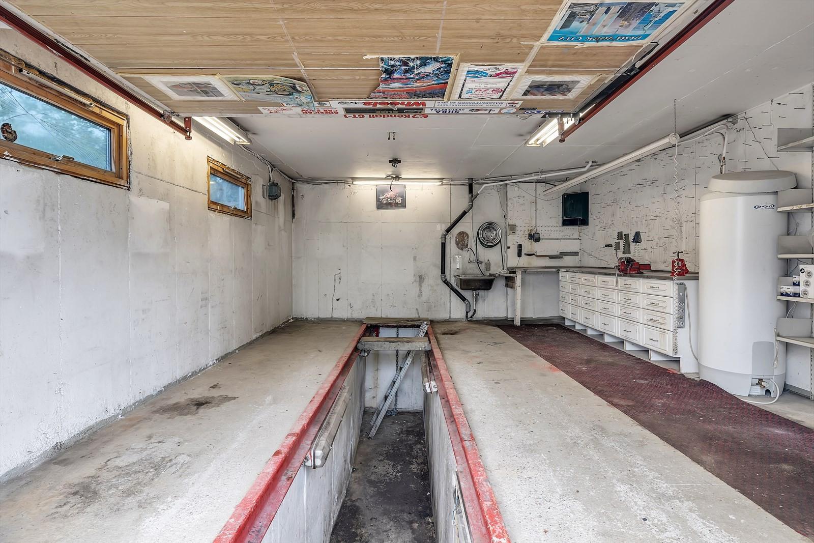 Smøregrav i garasje i huset