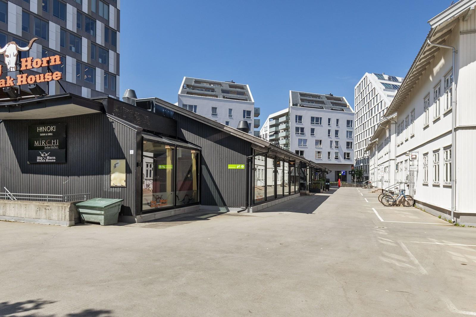 God gangpromenade mellom byggene mot både stasjonen og mot varemessen