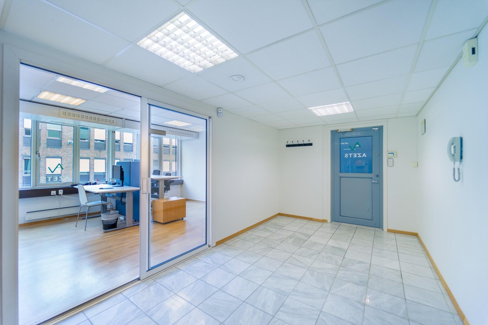 Lyse kontorlokaler med store cellekontor