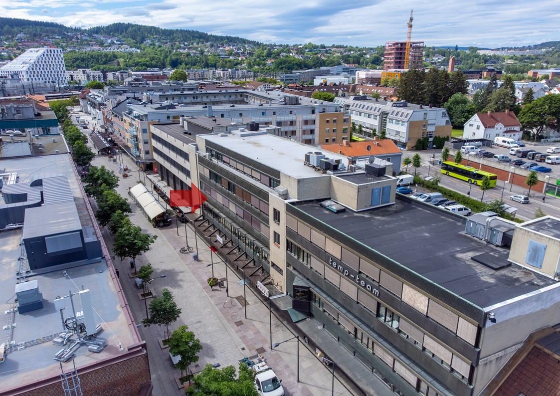 Storgata 16 med togstasjonen og Portalen i bakgrunnen