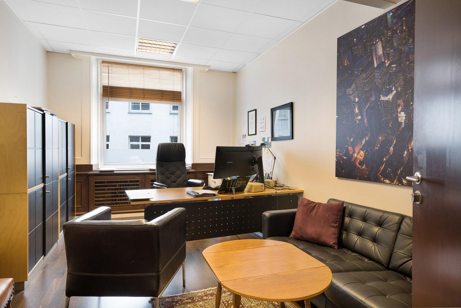 Standard kontor med vindu inn mot bakgård