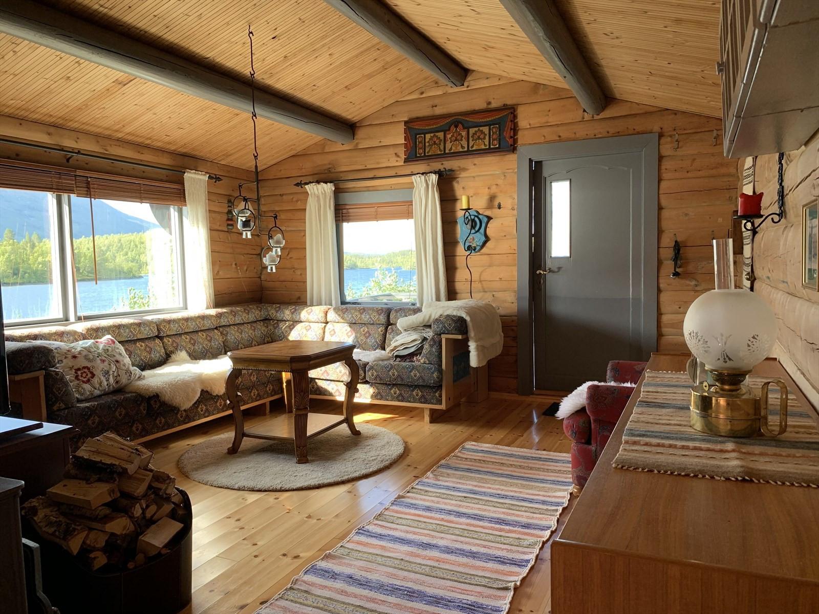 Stuen i hytta - fantastisk utsikt mot vannet