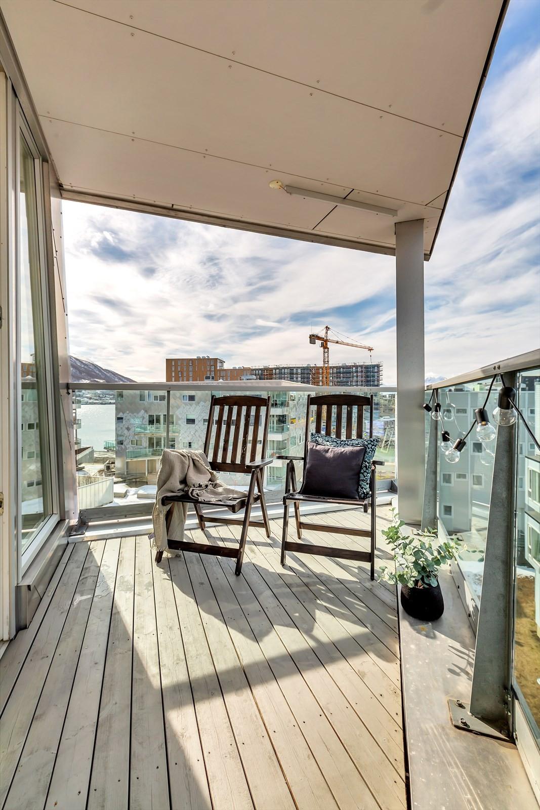 Nydelig balkong  med utgang fra stue. Fine solforhold.