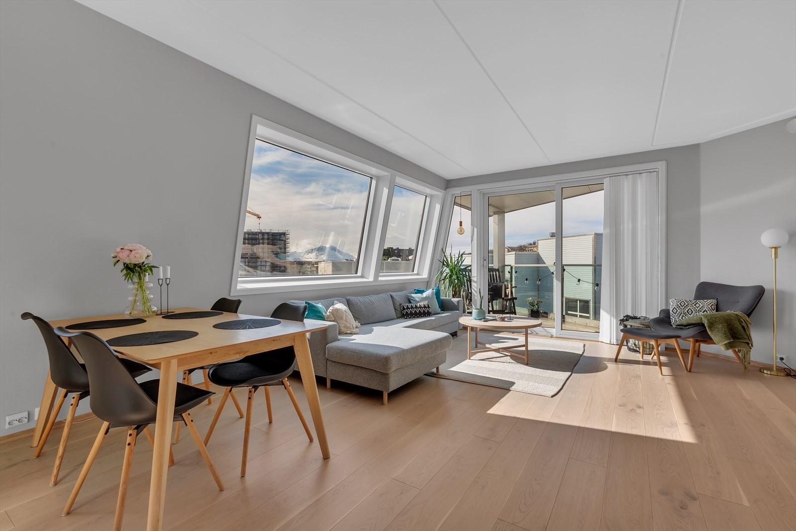 Romslig stue med utgang til egen sør- og vestvendt balkong !