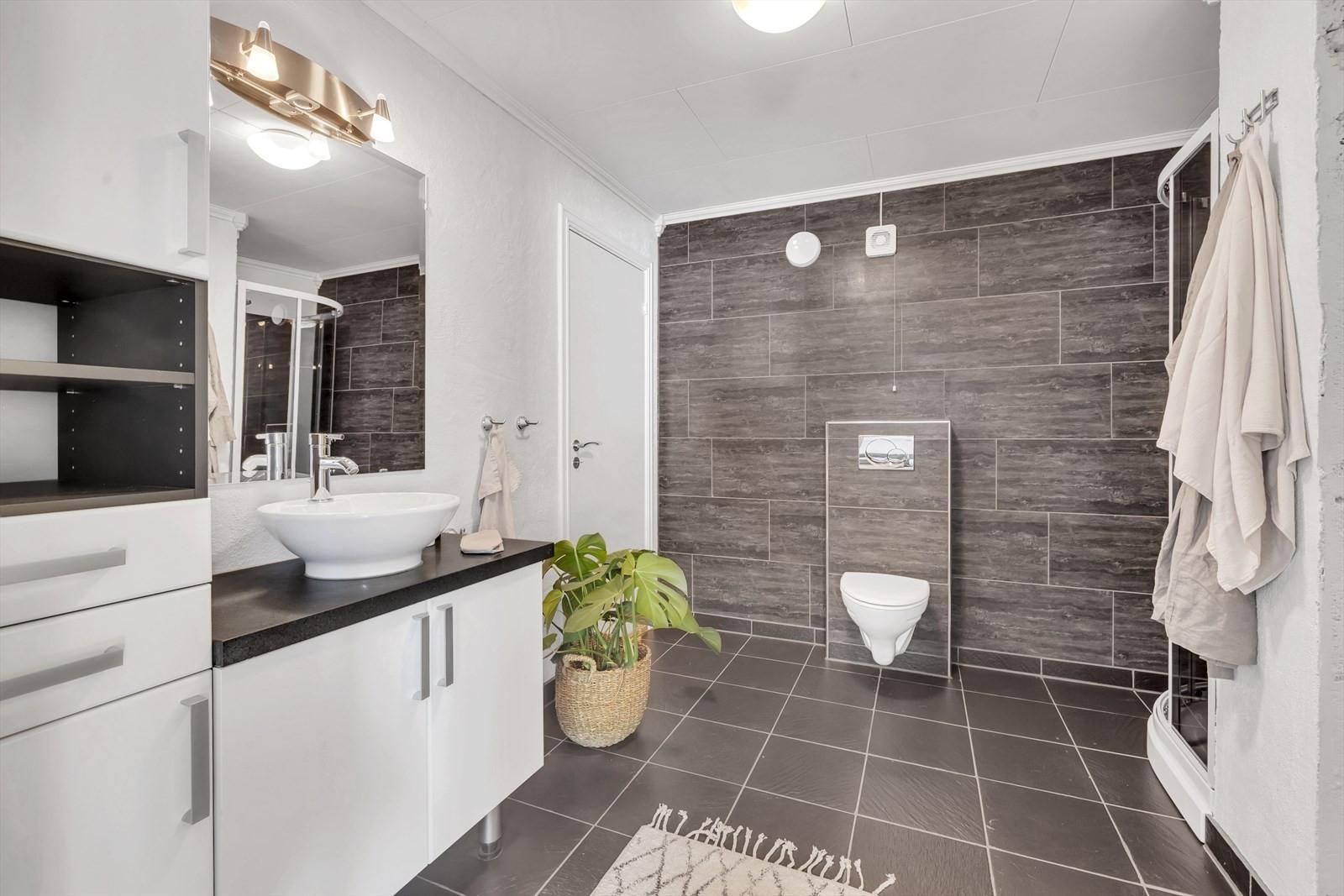 Badet er romslig med moderne preg og innredninger.