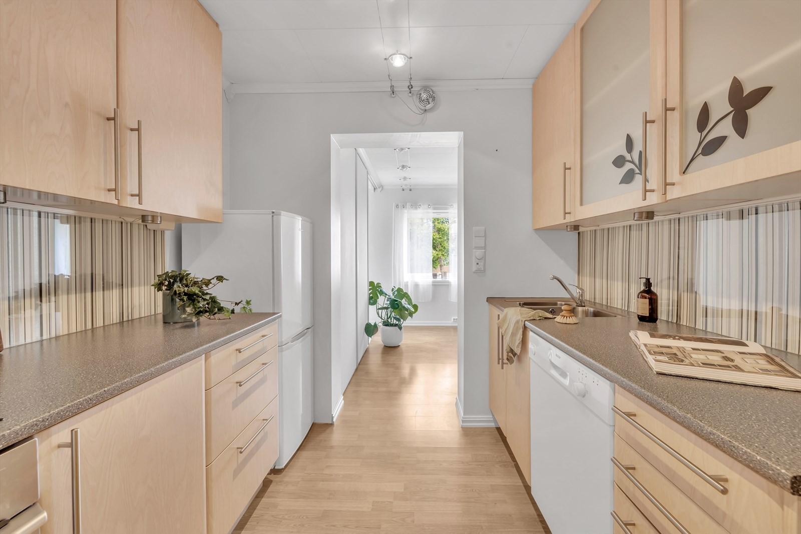 Romslig kjøkken med godt med skap-plass.