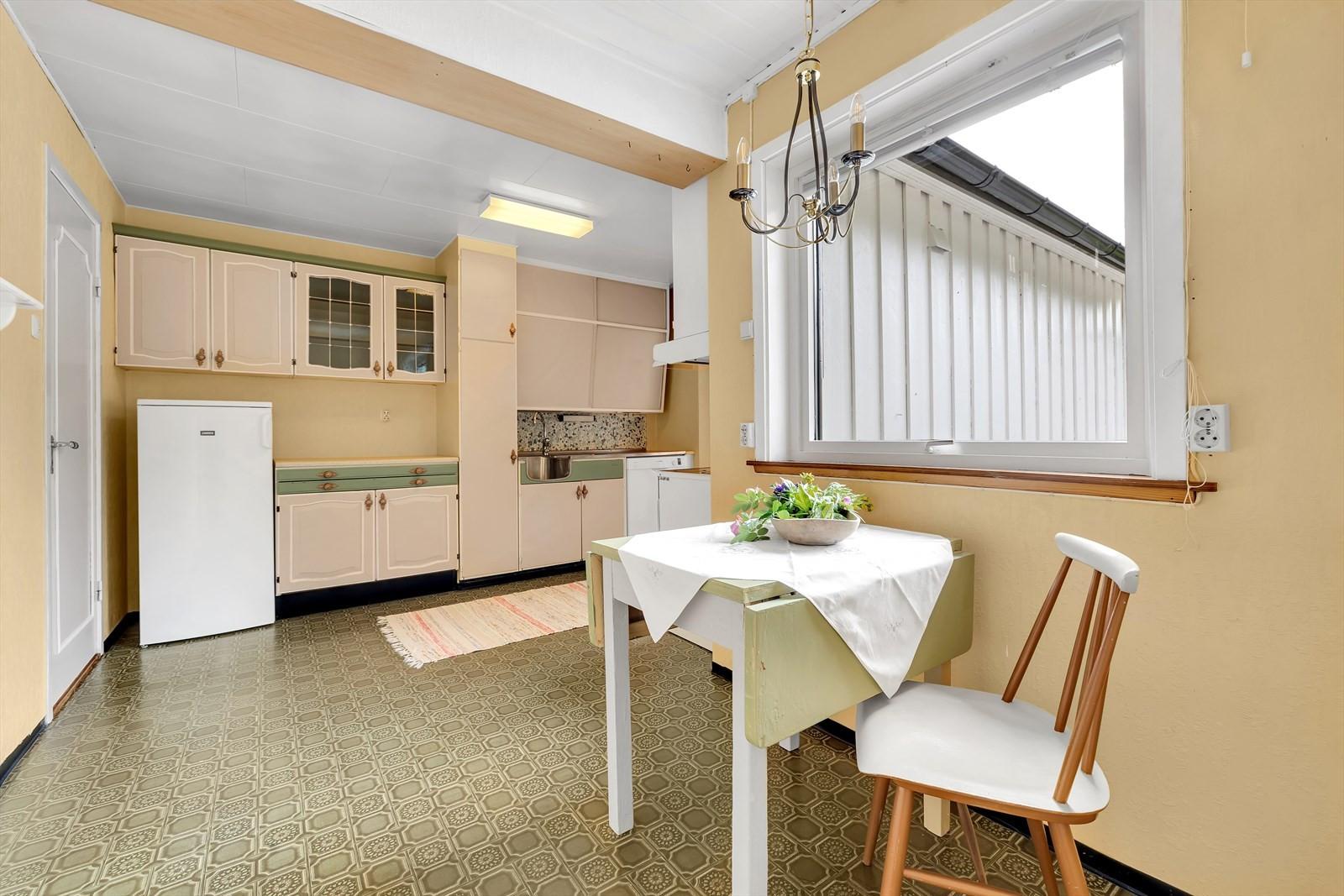 Kjøkkenet er av typen med skråskapene som nå har blitt pupulære igjen