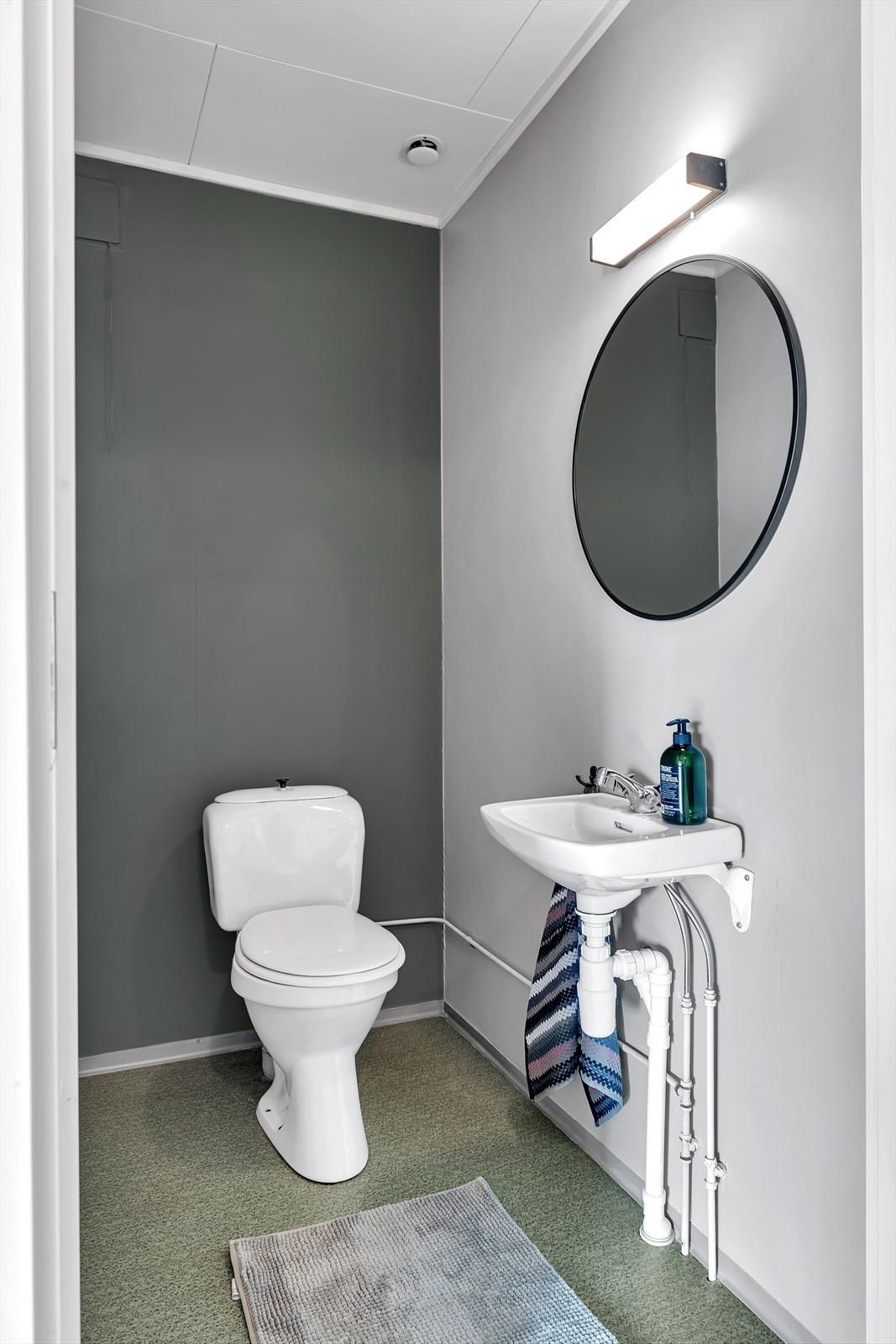 Eget toalettrom vegg i vegg med badet