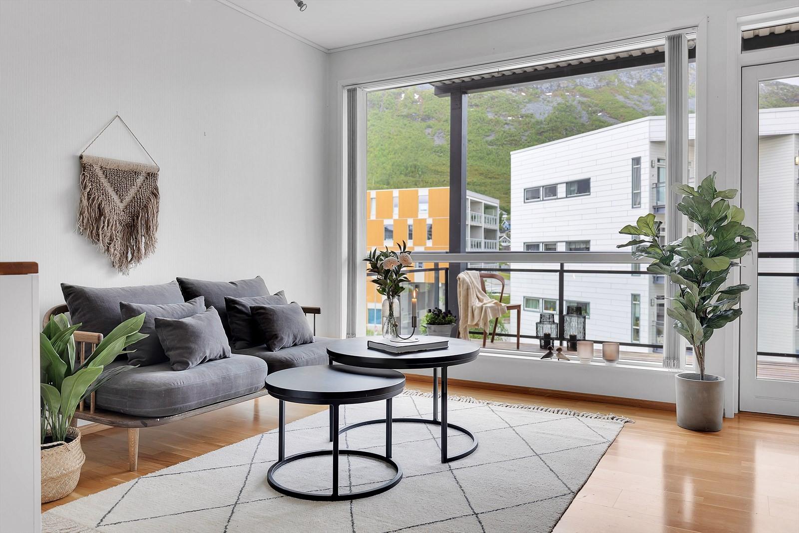Meget innbydende stue med store vindusflater som gir gode lysforhold.