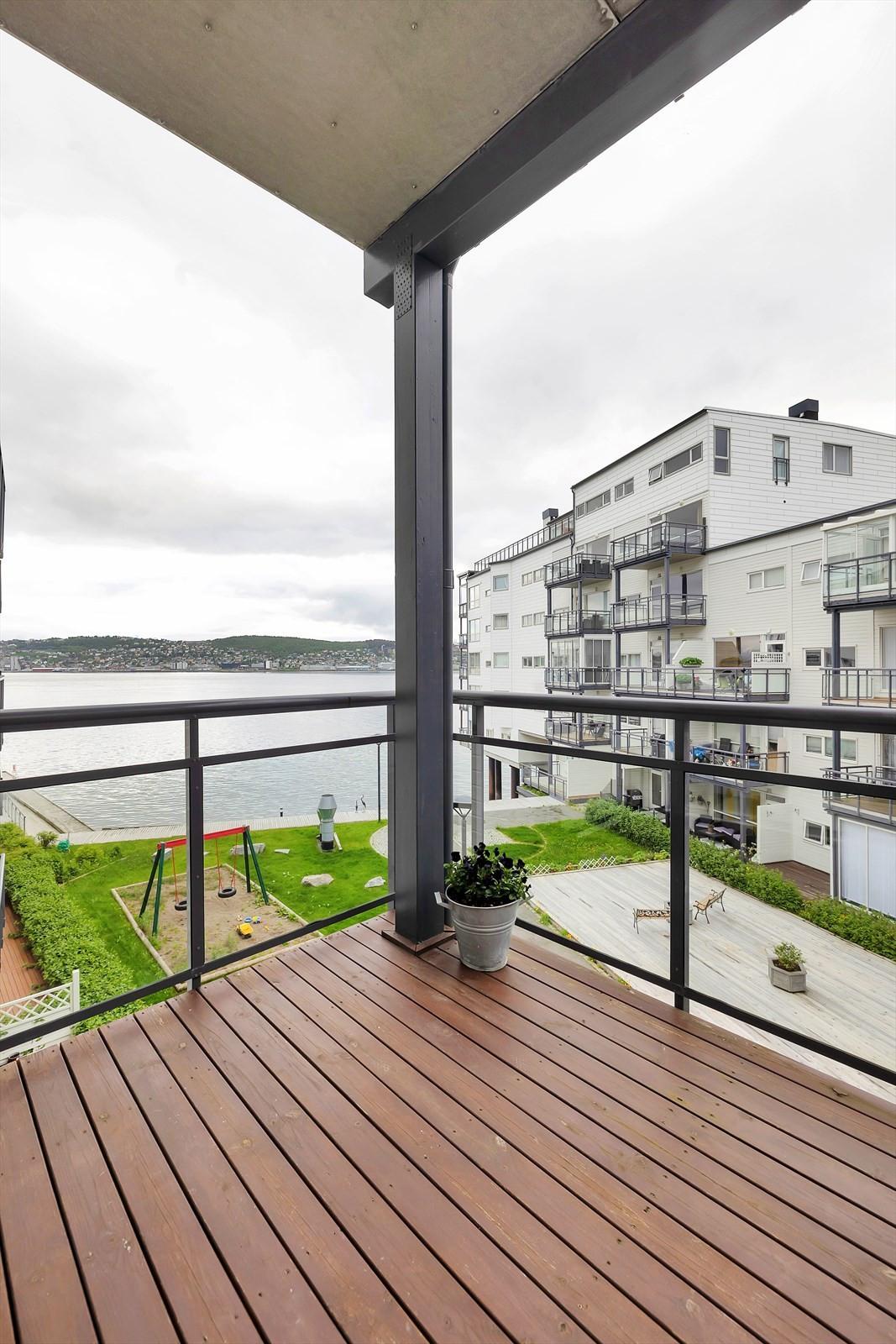 Boligen har 2 terrasser. Dette er den nordvestvendte terrassen som har kveldssol og en nydelig havutsikt.