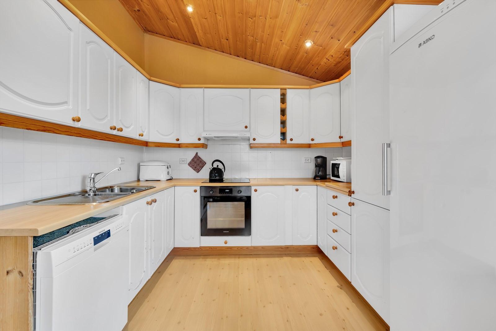 Innholdsrikt kjøkken med god skapplass.