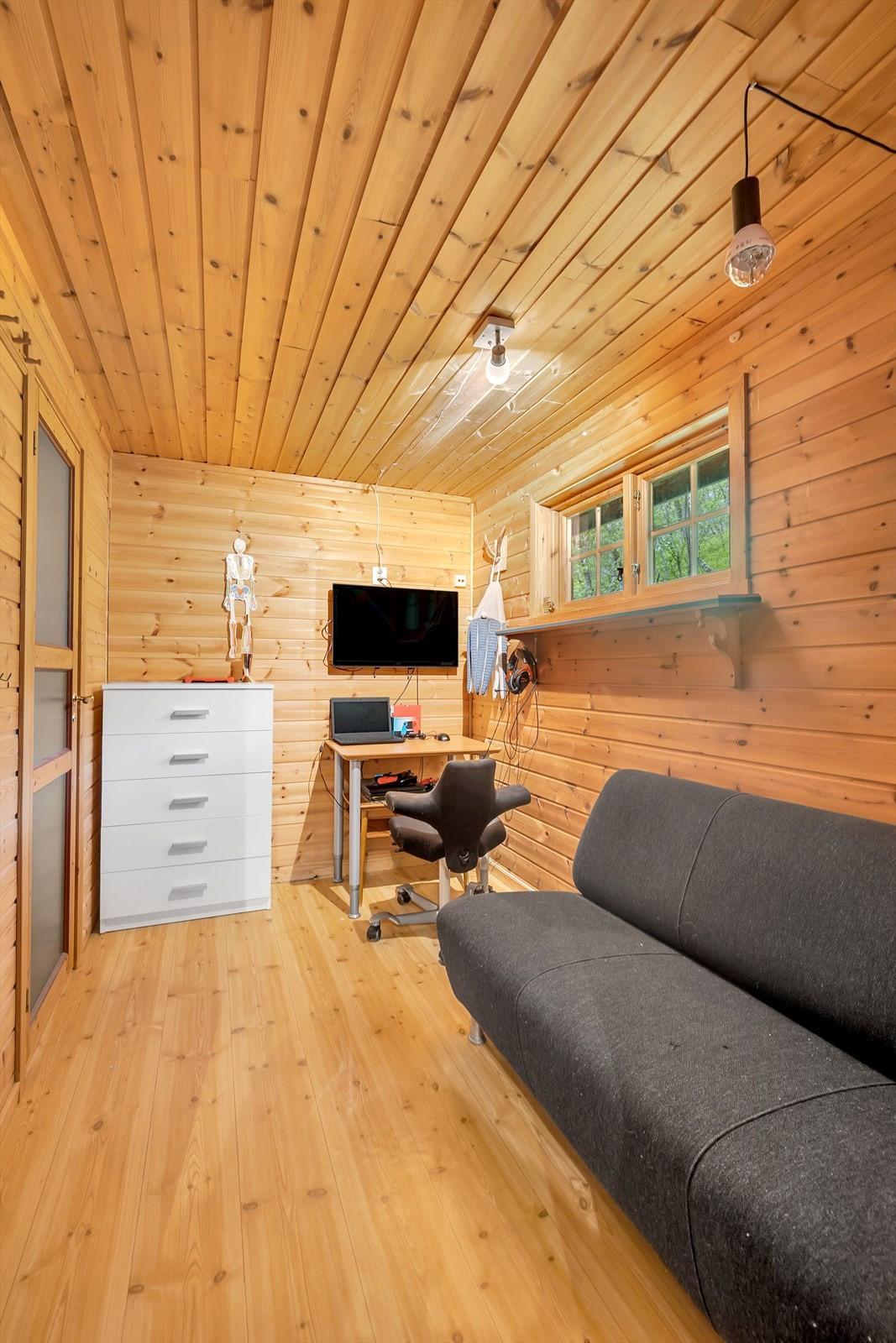 Hjemmekontor/garderoberom - mellom stue og soverom