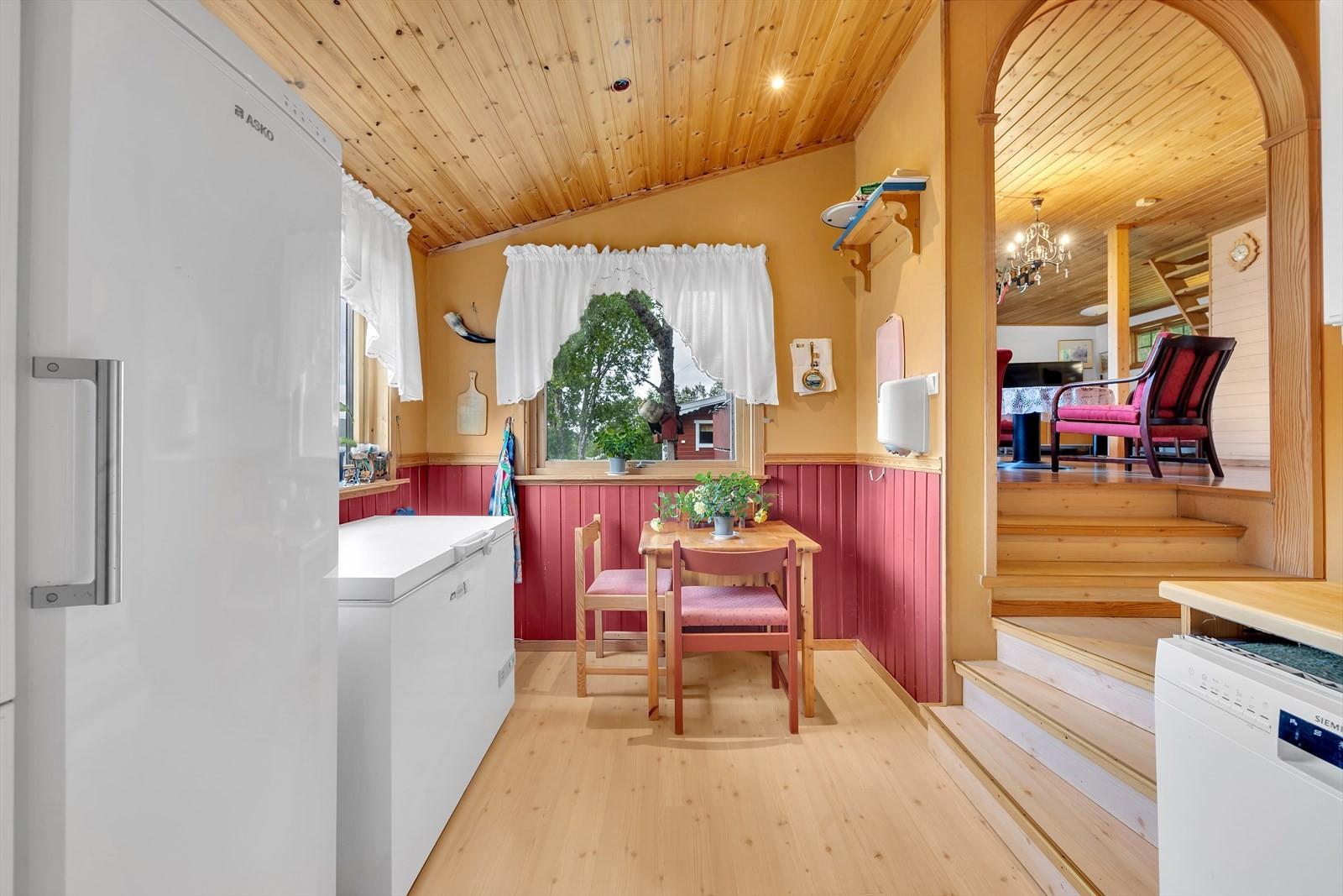 Kjøkkenkrok med plass til kjøkkenbord.