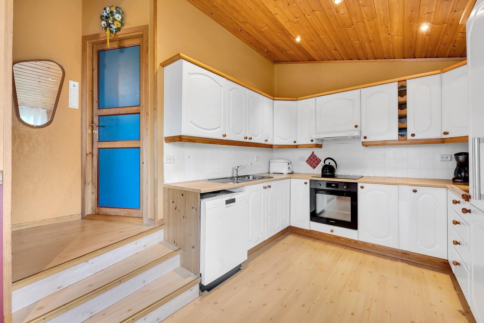 Kjøkken med hvit profilerte fronter
