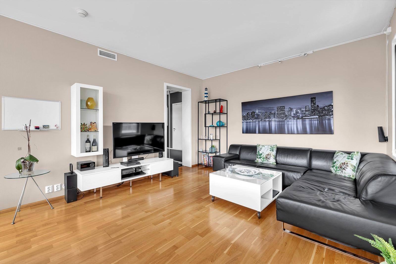 Stor og lys stue med god plass til møblering.
