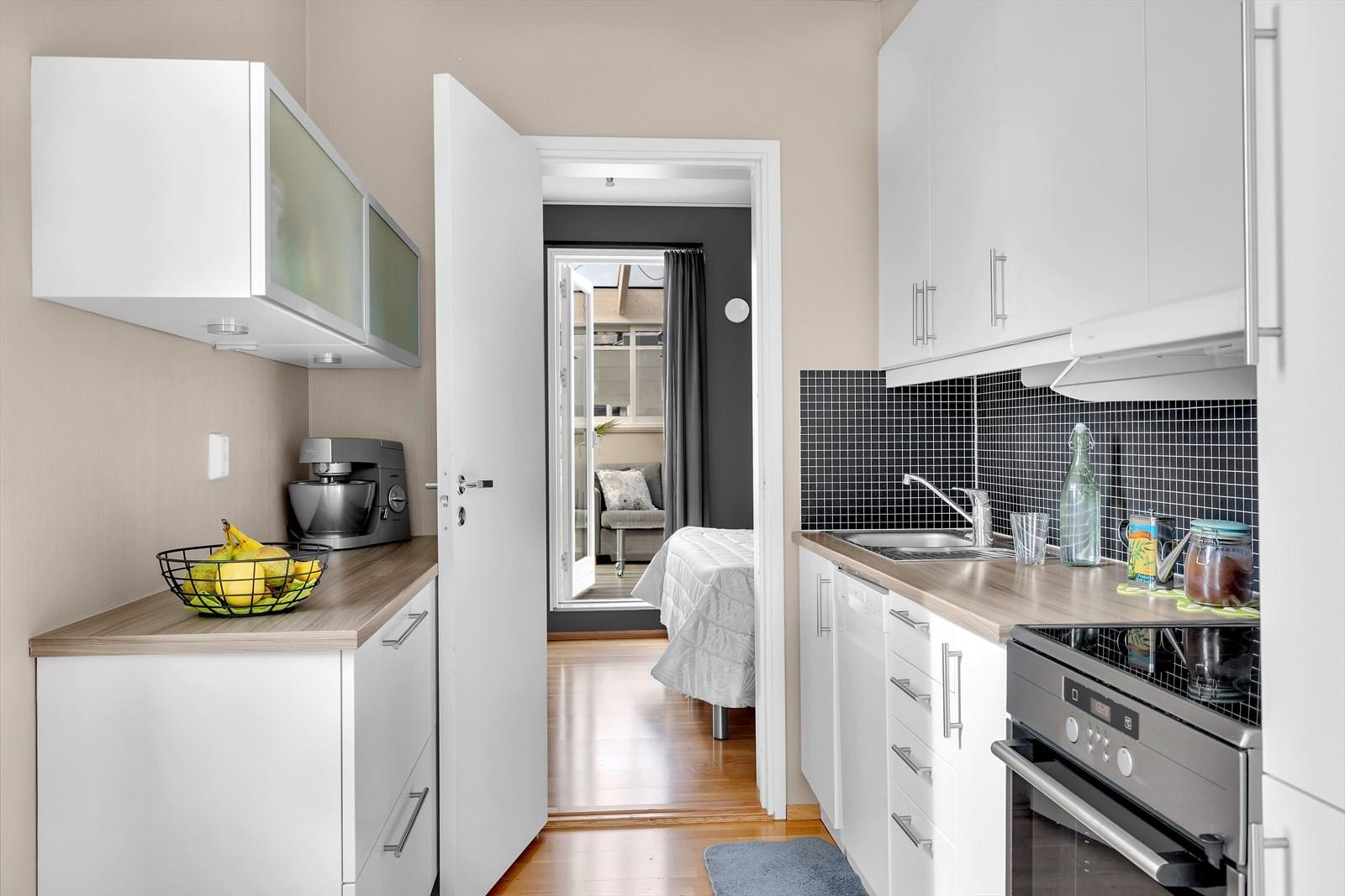 Fra kjøkkenet er det dør til soverom, og videre utgang til vinterhagen.
