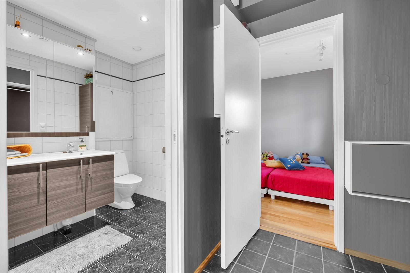 Flislagt gulv i entré - inngang til bad og soverom.