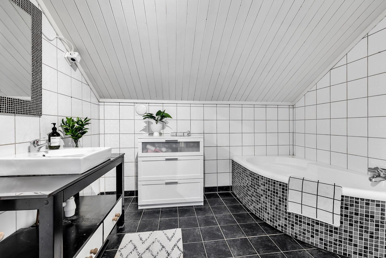 Badrom m/ badekar i 2. etasje.