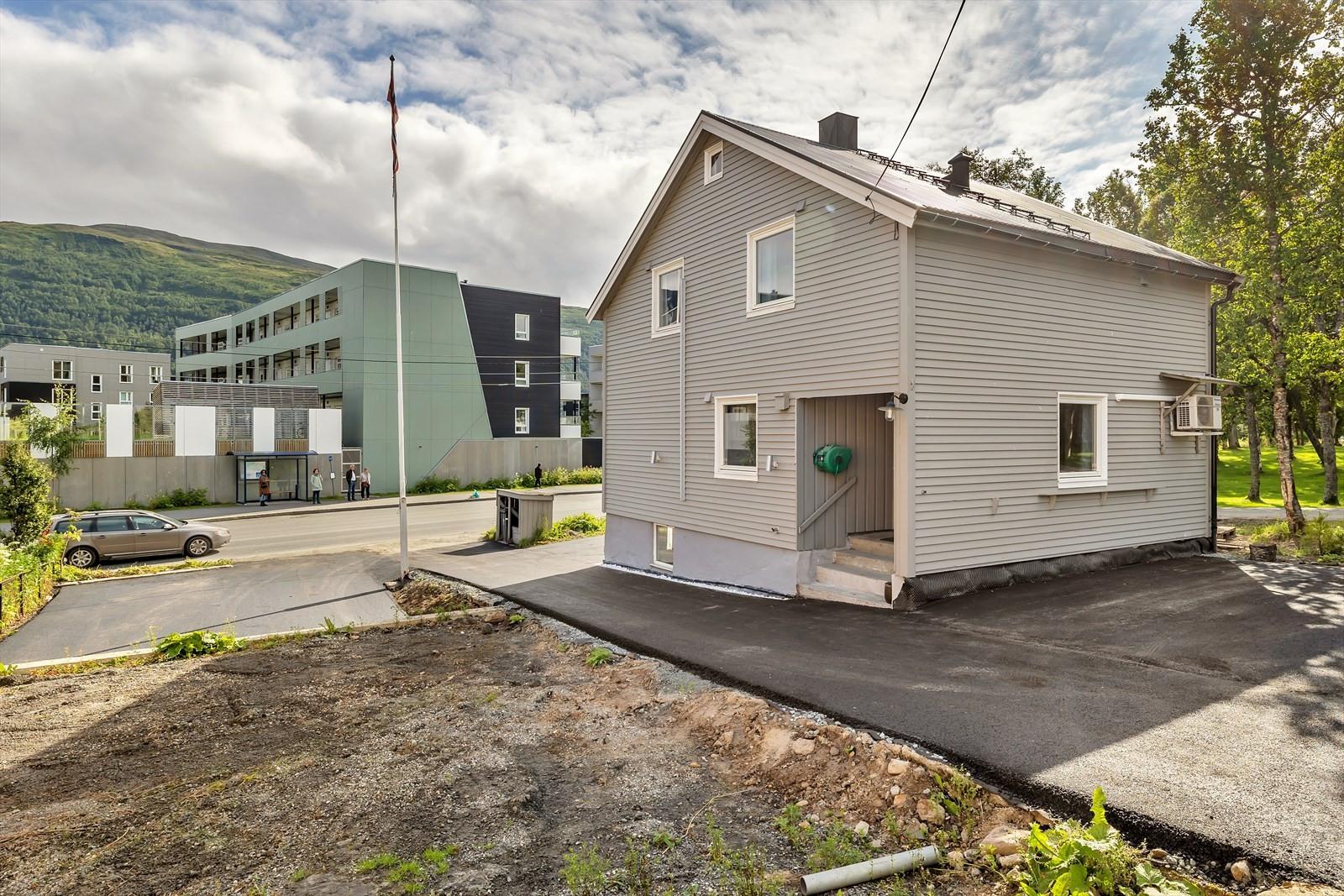 Boligen er nylig oppgradert med drenering rundt huset  og asfaltering av parkering og adkomstareal.