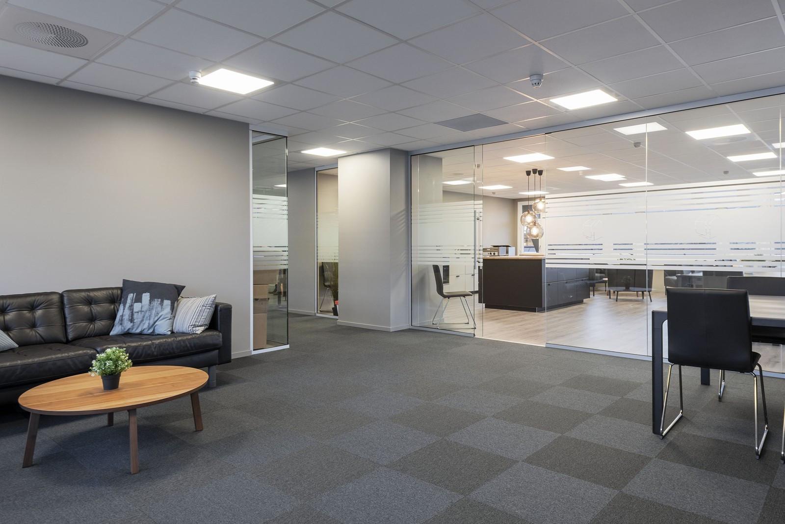 Lyse og åpne fellesareal med enkel adgang til kontorene