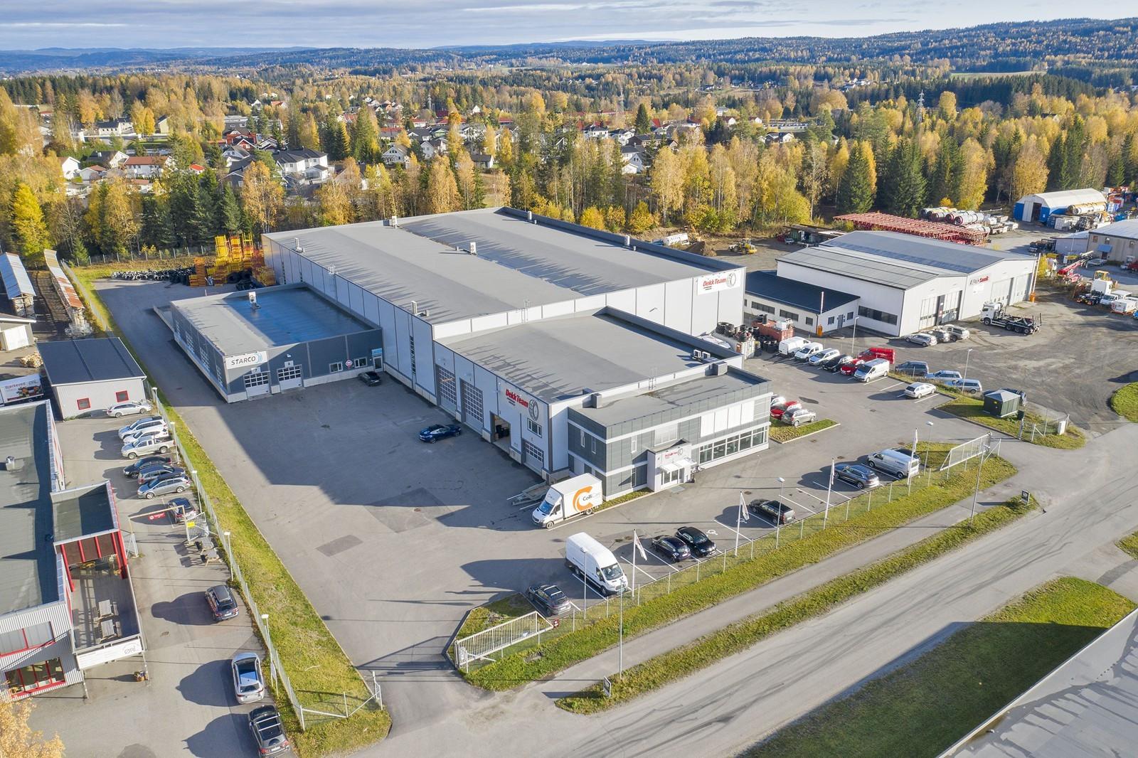 Moderne lager og kontor, samt utearealer for adkomst, parkering og lagering.