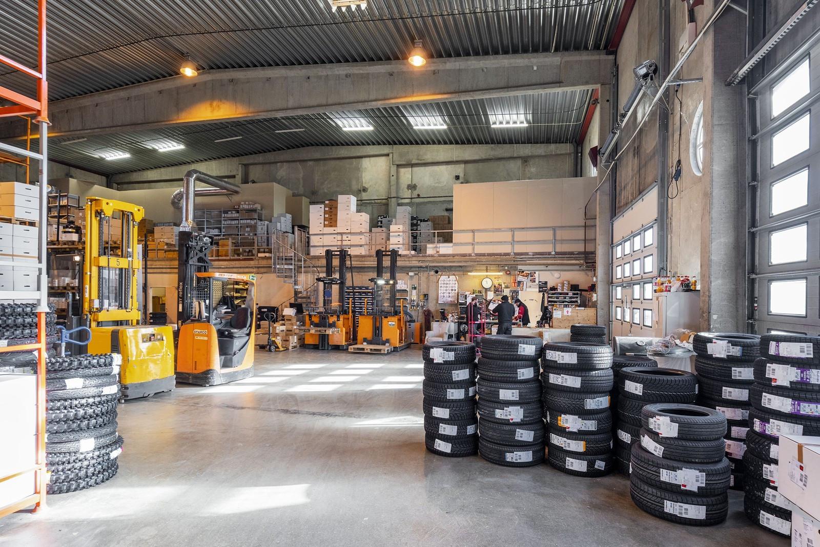 VARMTLAGER ca. 1750 kvm  - Adgang til lager via 2 stk. kjøreporter, trapp til mesanin