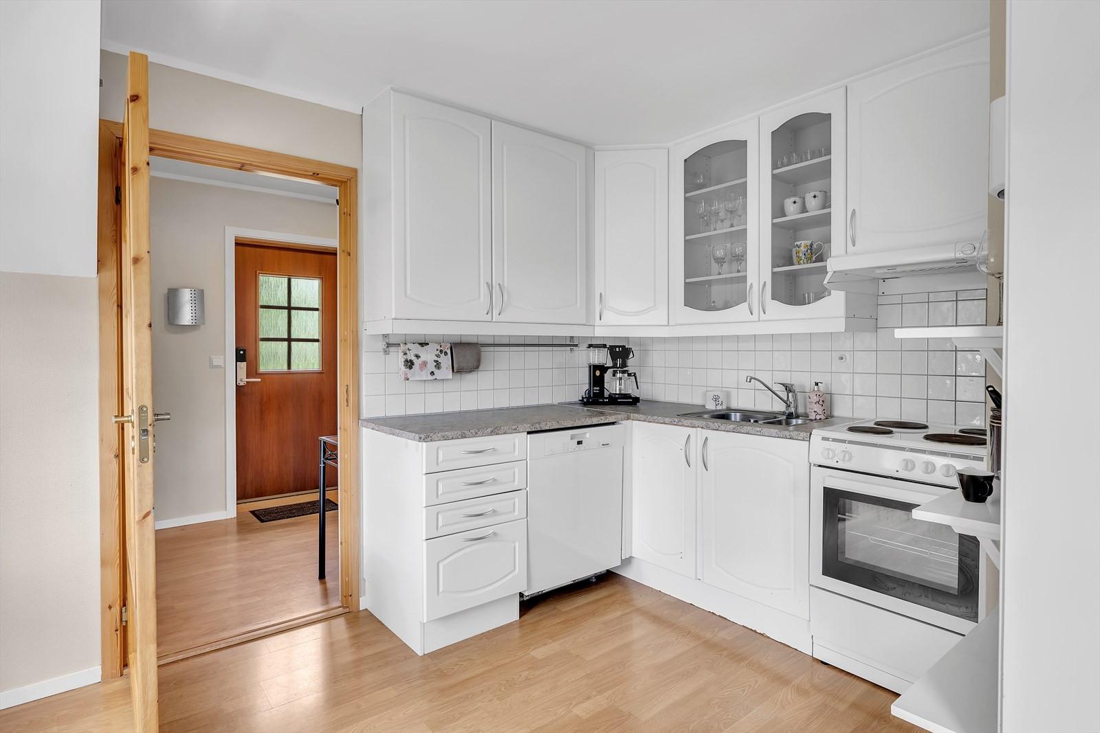 Fra entréen kommer du rett inn i kjøkkenet.