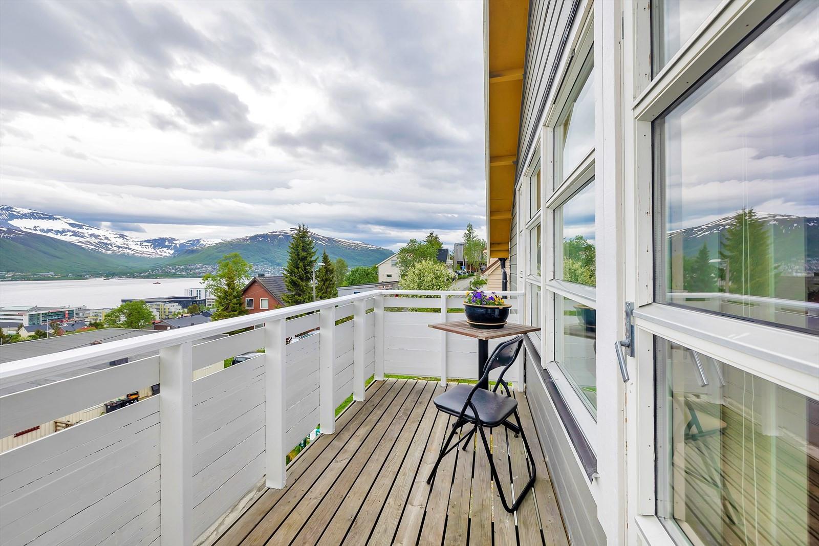 Veranda med vid utsikt over Tromsøysundet og fastlandet.