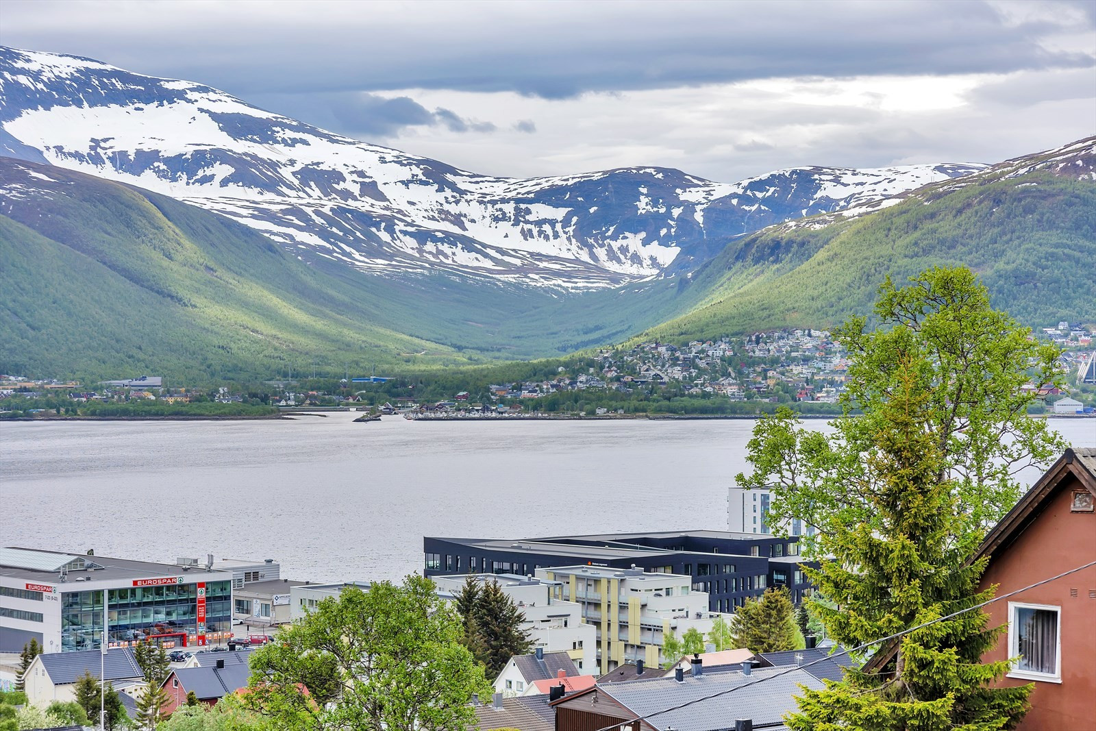 Utsikt mot Tromsdalen og Tromsdalstinden.