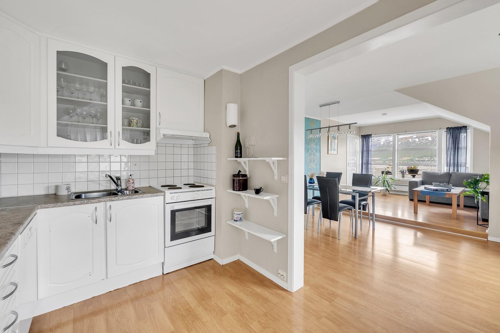 Fra kjøkkenet er det åpning til spisestuen og stuen.