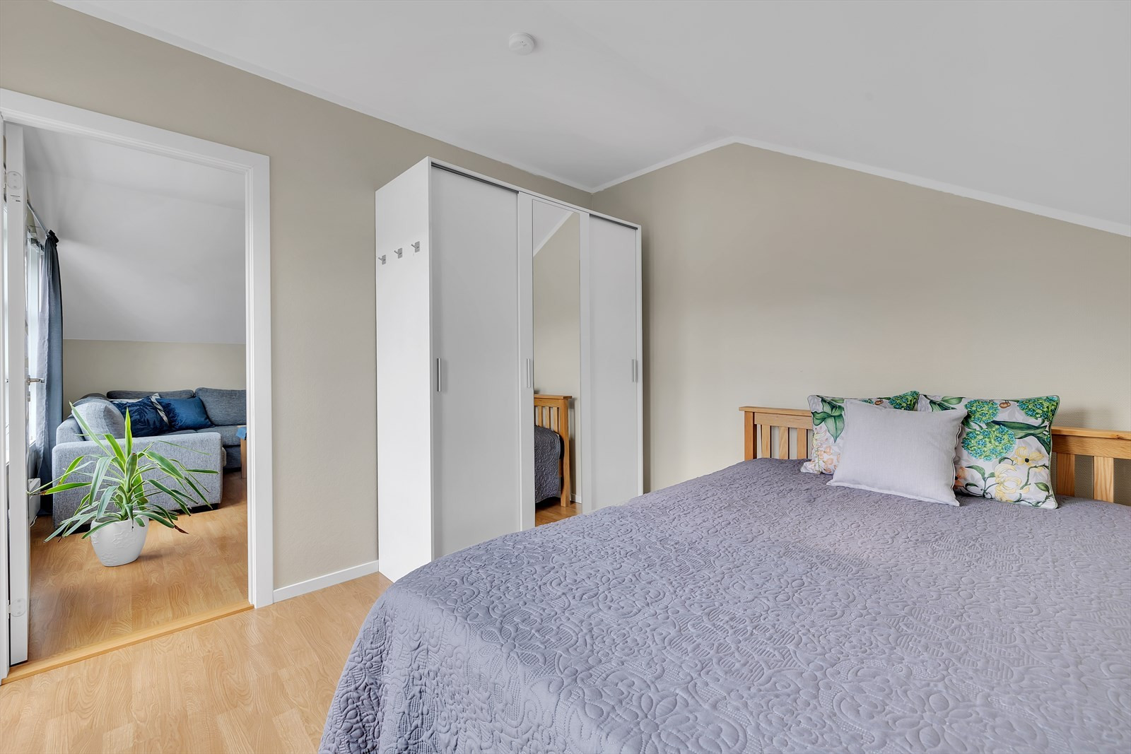 Soverommet som ligger i front (dør fra stuen).