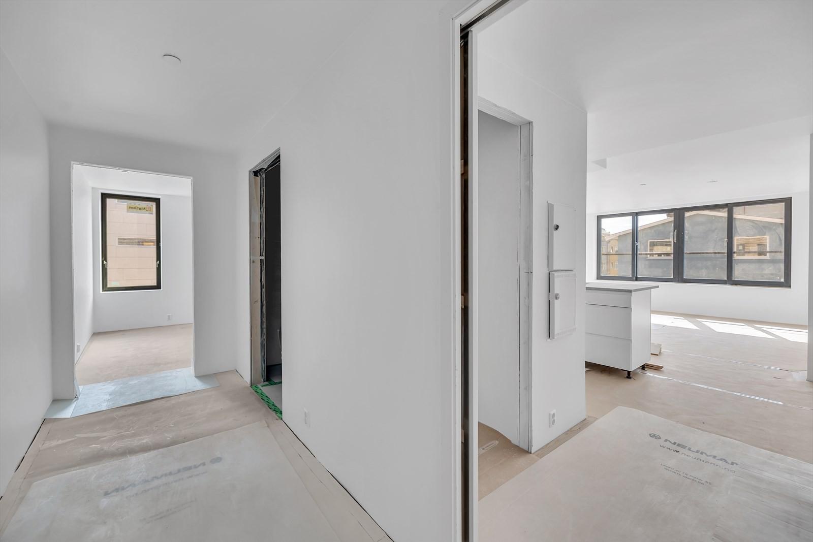 Inngangsparti, soverom rett fram,  gjeste toalett til venstre, inngang til kjøkken og stue