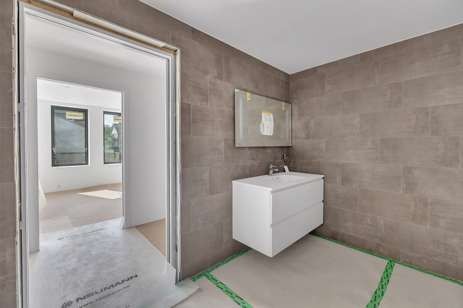 Baderom med dusj/vask/wc gjennomgang til  walk in closet før soverommet
