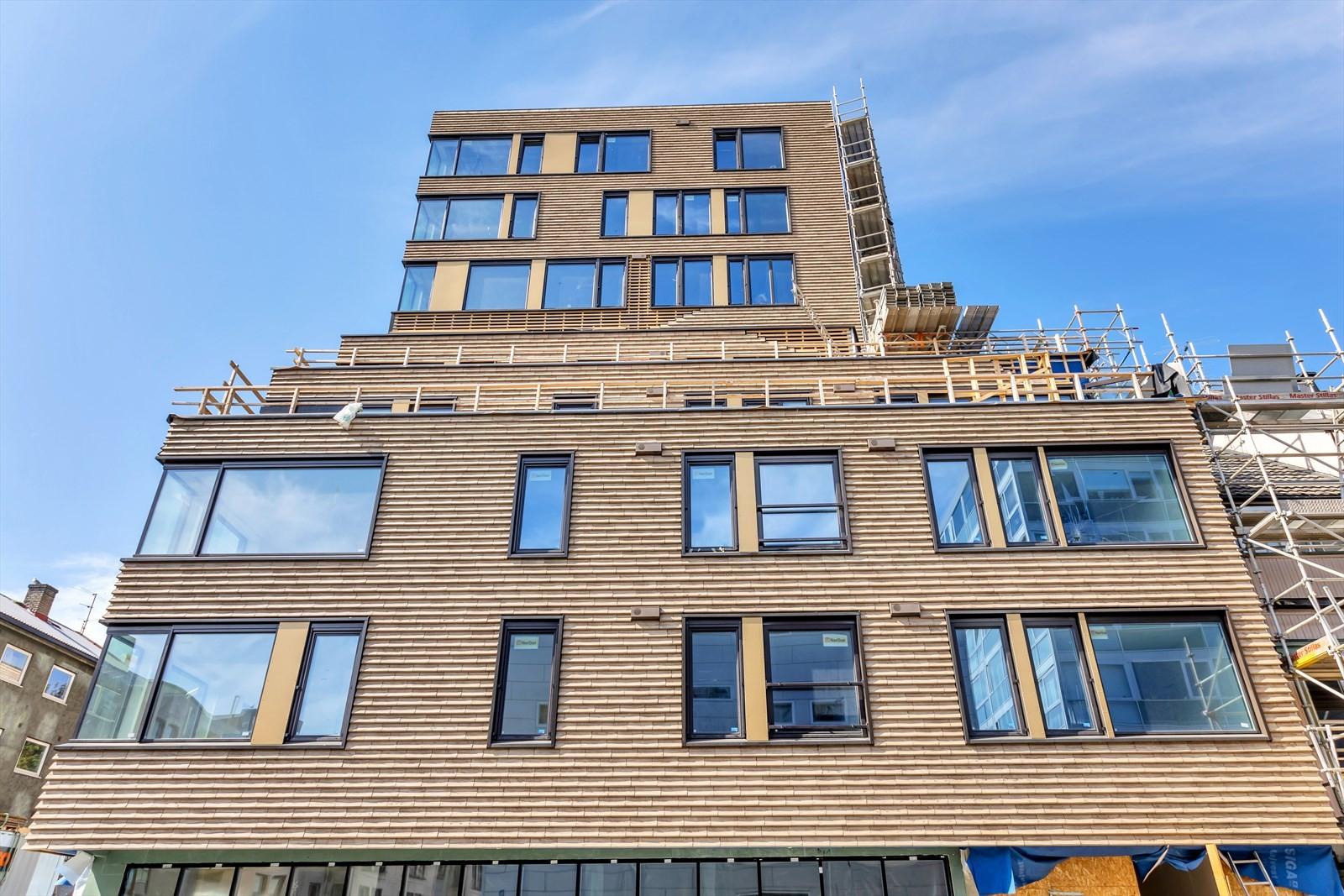 Ny bolig blokk i sentrum med 35 selveierleiligheter - med næringsareal i 1.etasje - Og egen felles hybelleilighet. Adkomst fra syd i 2.etasje og nord mot Kongsparken i 3.etasje