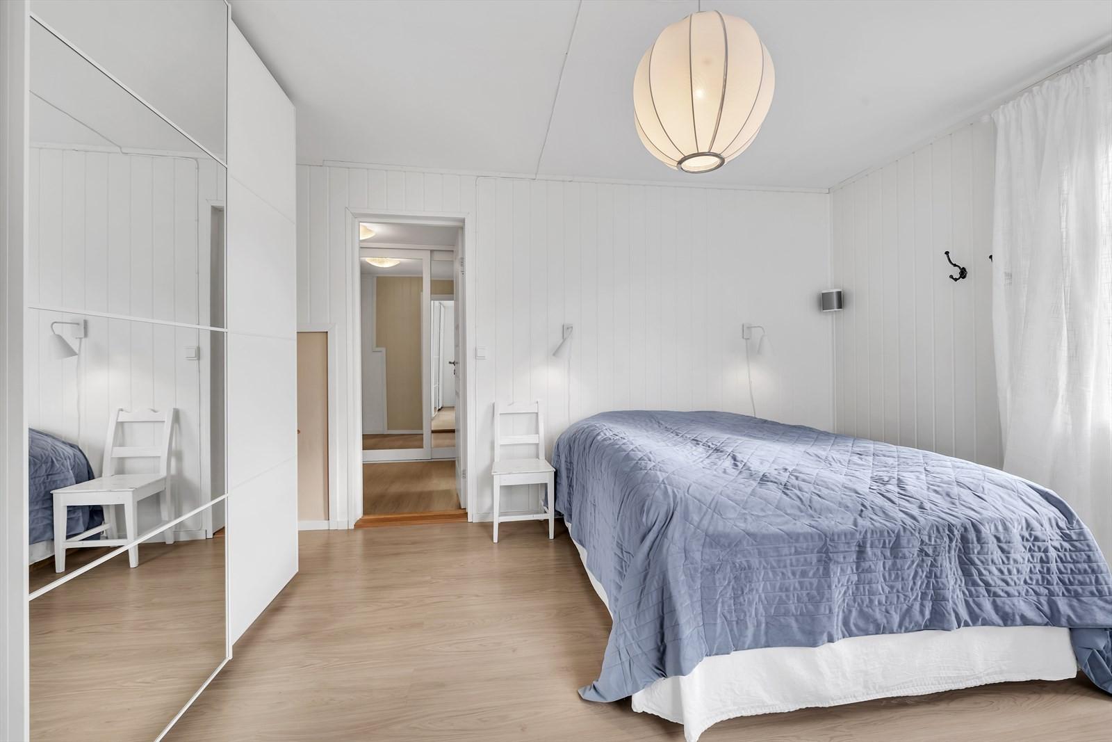 Hovedsoverommet ligger mot sør-vest og rommer fint en stor seng samt garderobe