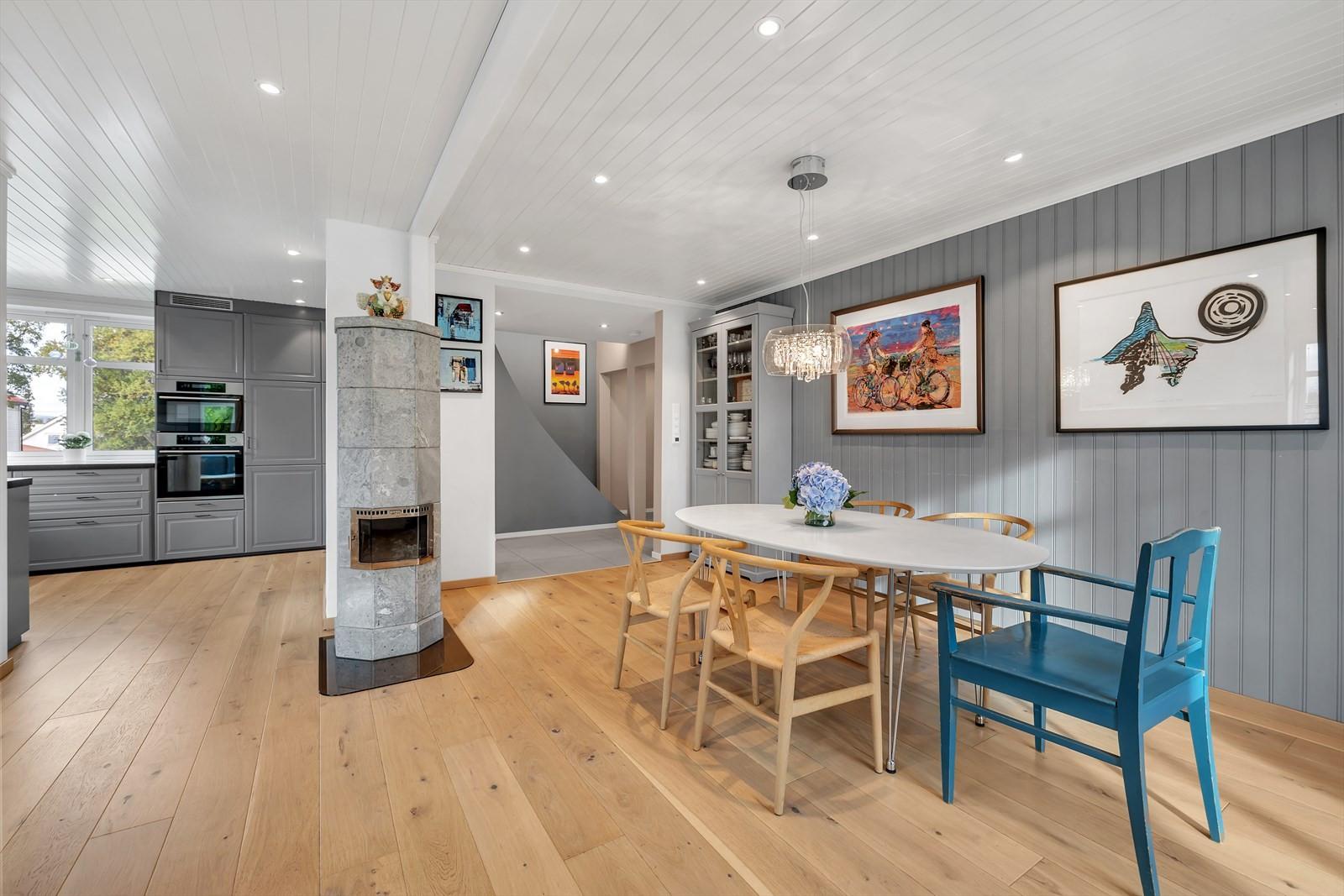 Tilbake i stuen ser du en flott klebersteinsovn strategisk plassert mellom spise- og dagligstue