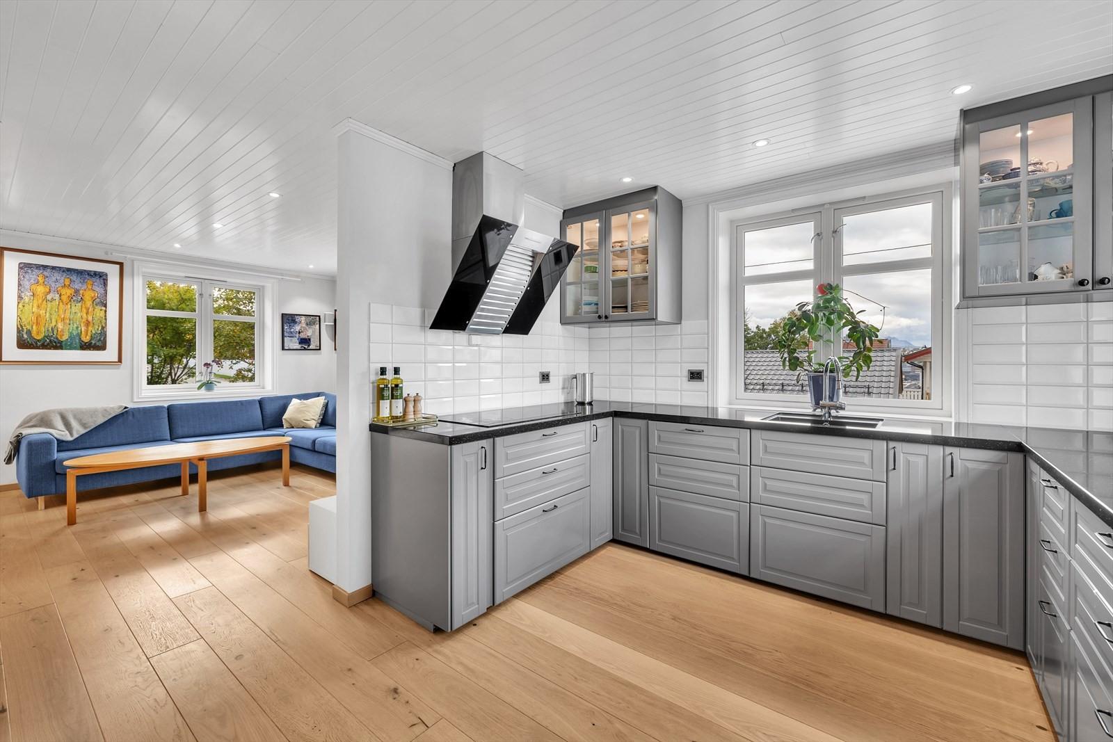 Kjøkkenet er av nyere dato med fine profilerte fronter som matcher stilen til huset