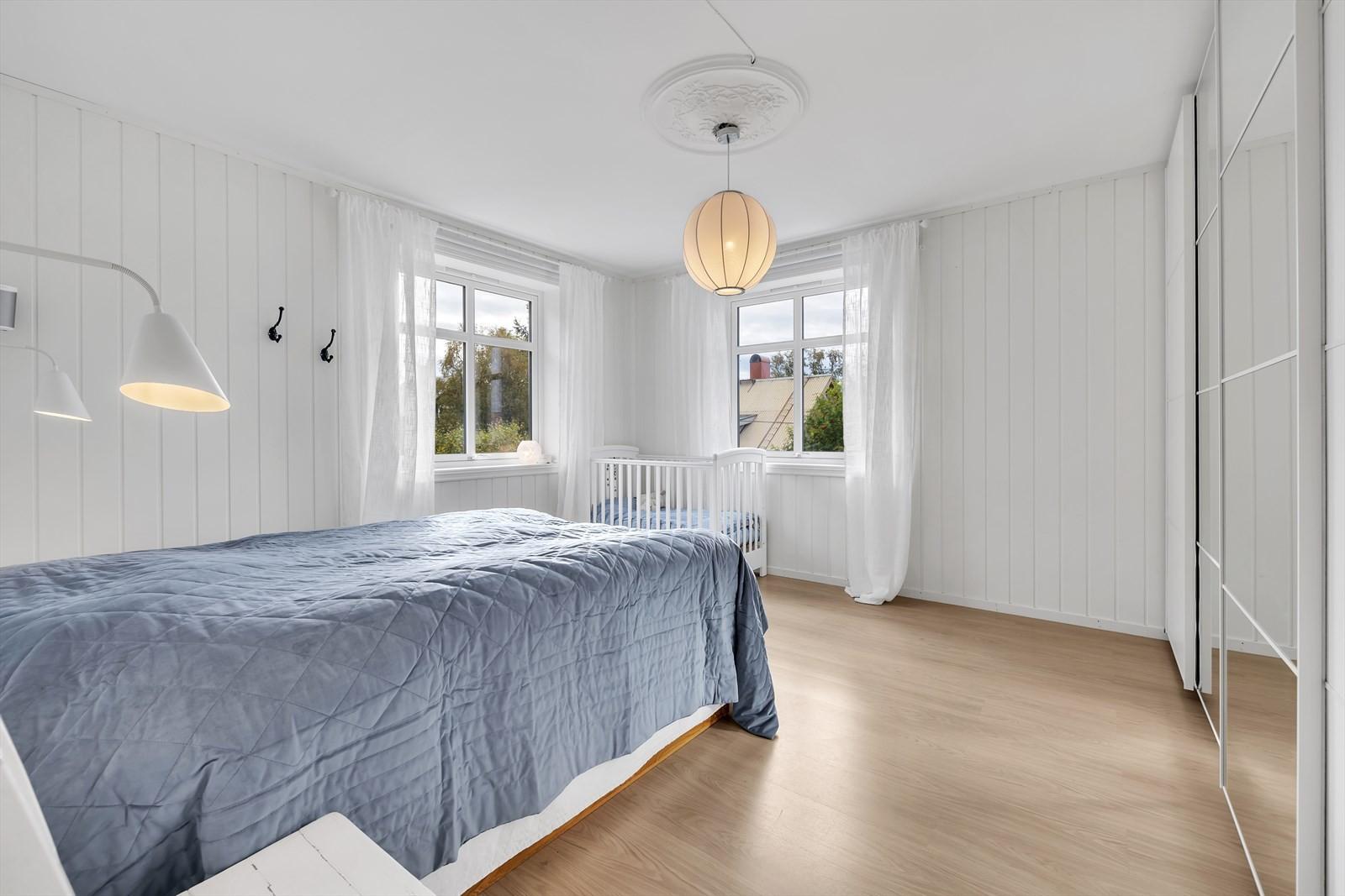 Soverommene i Grøtsundvegen 12 er av fin størrelse og samtlige er plassert i boligens 2. etasje
