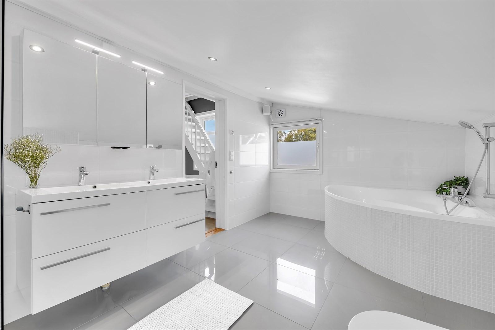 Hovedbadet er plassert i 2. etasje sammen med soverommene