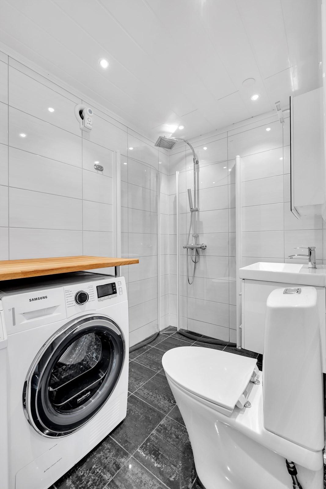Dette flotte bad  / vaskerommet har selger bygd og plassert like innenfor ytterdøra