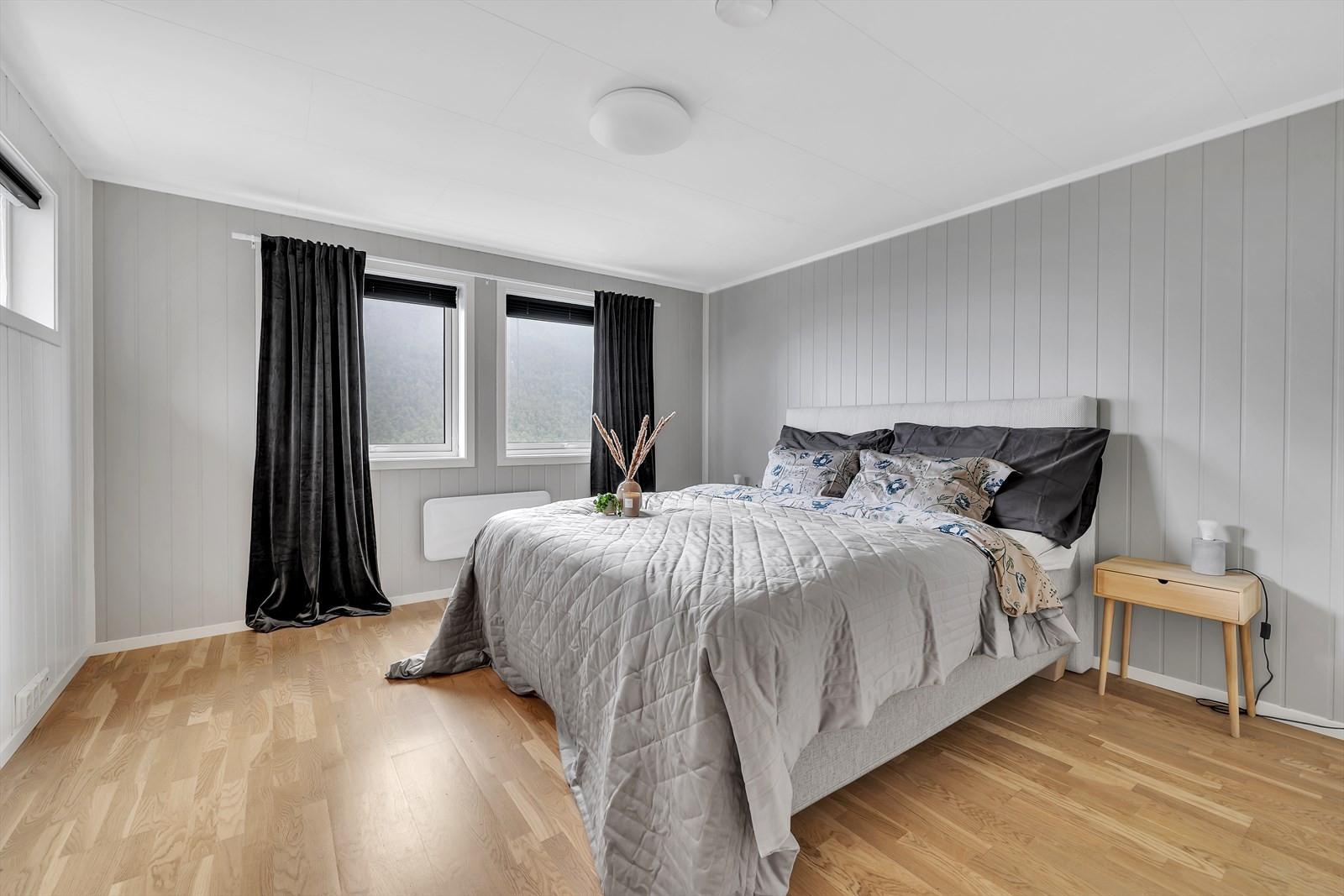 3 av soverommene er samlet i øversete etasje hvor det også er eget bad