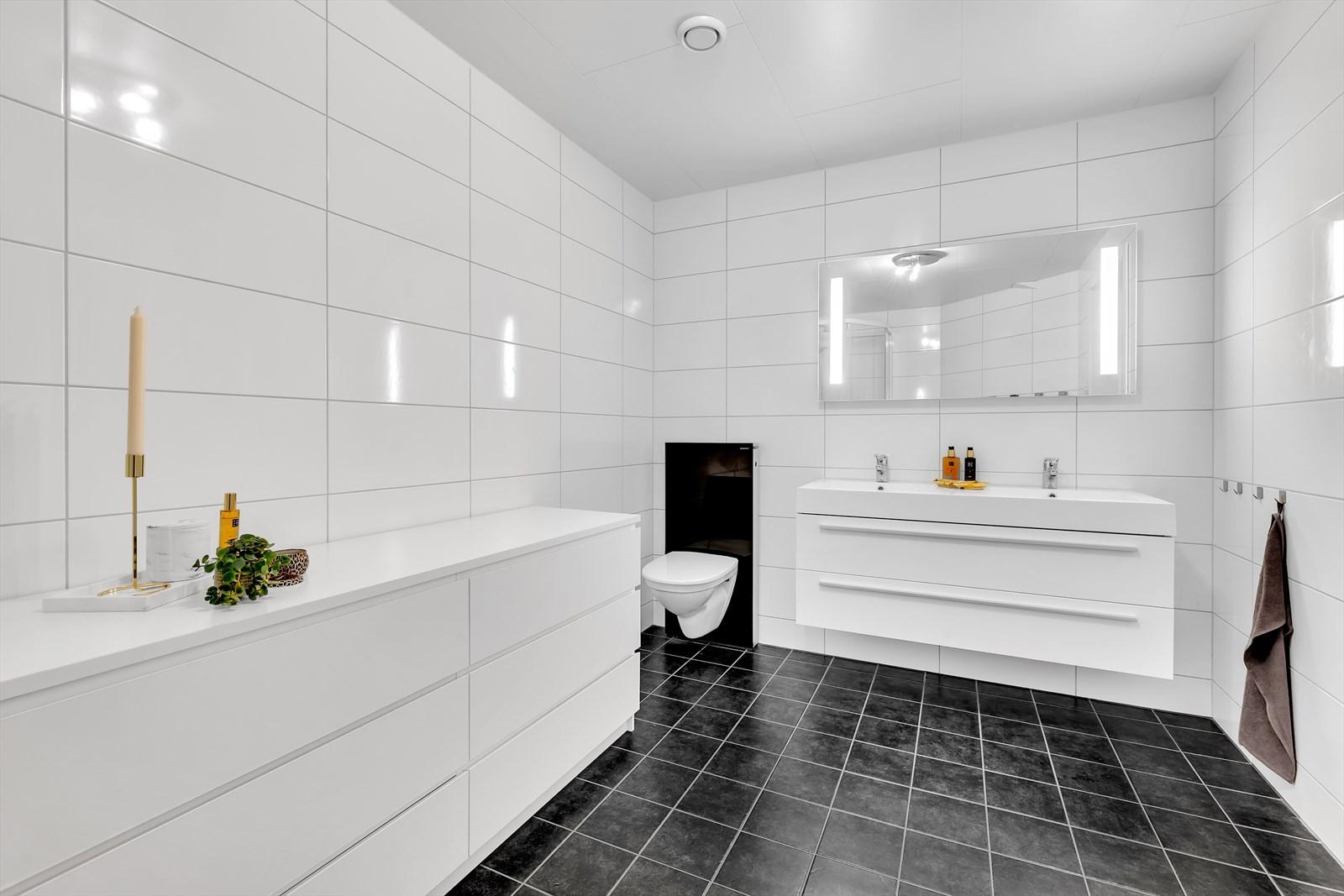 Leiligheten har to komplett flislagte bad med varmekabler i gulv