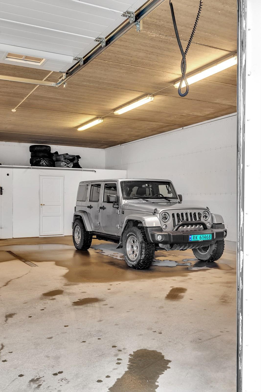 Parkeringen i garasjen har godt med plass