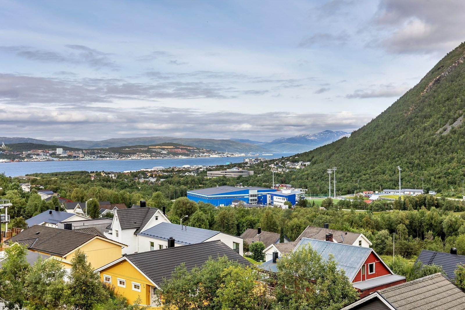 Utsikt mot Tromsøya, Tromsøysundet og Ringvassøya