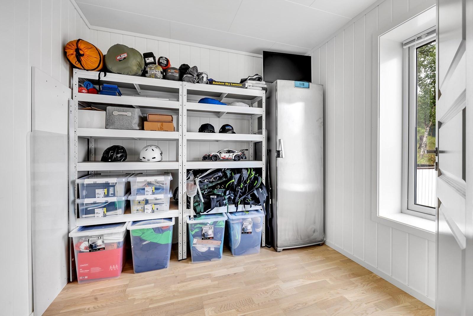 Rommet innfor entrè nyttes i dag til bod, men kan også brukes til soverom