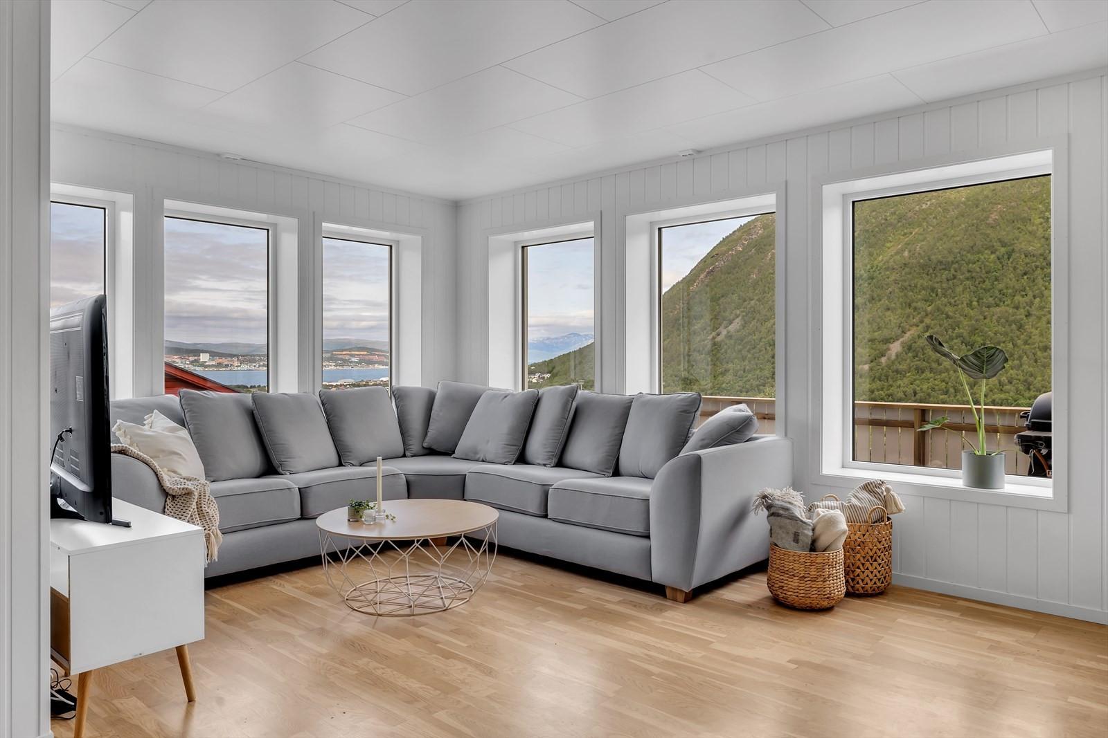 Flott utsikt mot Tromsøya, Tromøsydundet og Ringvassøya