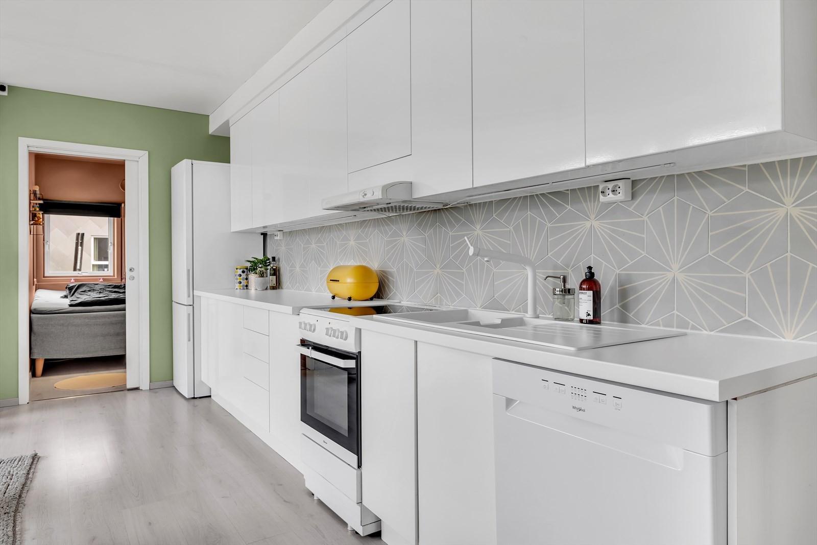 Hvitt kjøkken med slette fronter